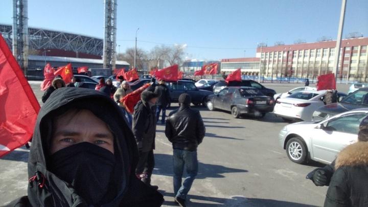 Коммунисты Волгограда сложили из автомобилей название партии в честь дня рождения Красной армии