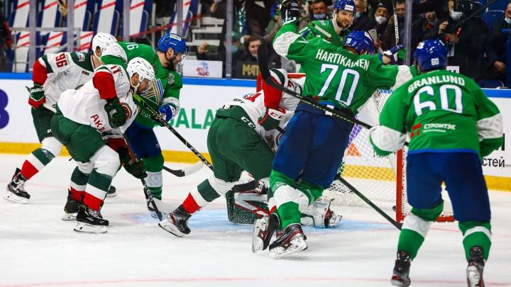Лидера хоккейной команды «Салават Юлаев» оштрафовали за удар соперника в спину. Момент попал на видео