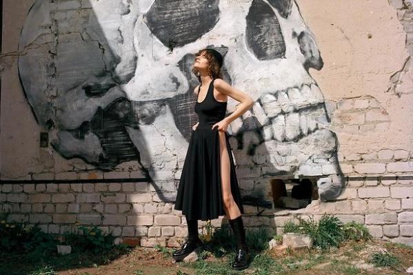 На стене — работа нижегородского художника Никиты Nomerz «Экономика»