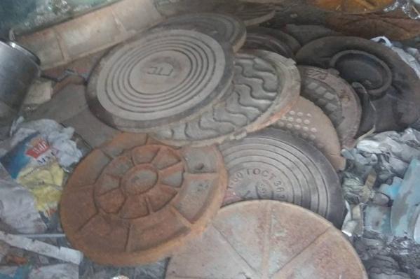 Металлические крышки воруют и сдают в пункты приема металла, но избавляться от них город не собирается