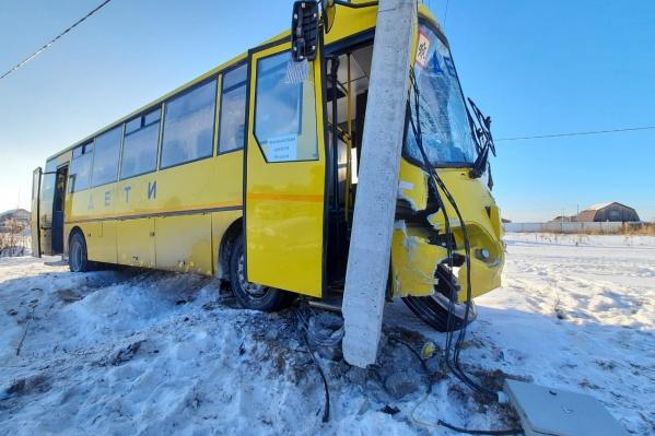 Автобус и внедорожник не поделили дорогу в Якушах