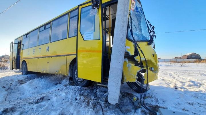 Под Тюменью автобус с первоклашками попал в аварию с Cadillac. Водителя увезли в больницу
