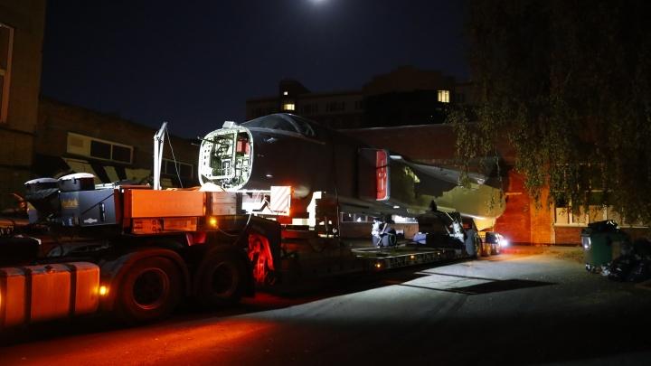 Ночью по Новосибирску провезли бомбардировщик Су-24. Рассказываем зачем