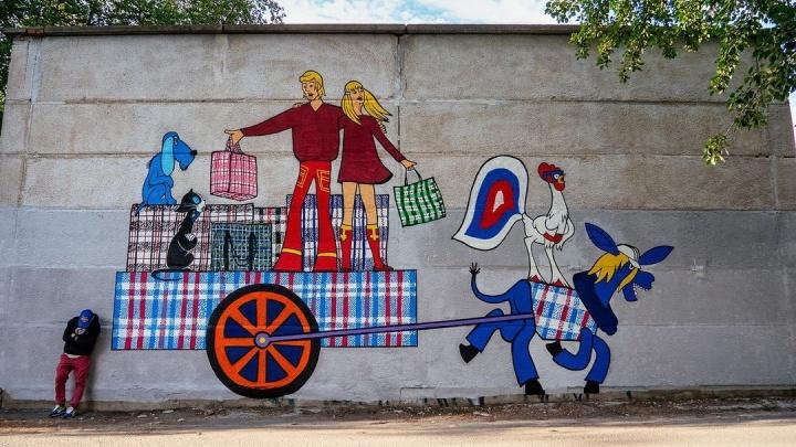 Слава Птрк рядом с «Таганским рядом» изобразил Бременских музыкантов с клетчатыми баулами