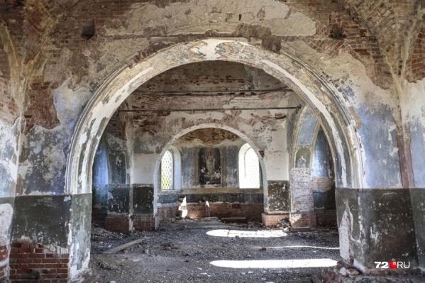 Среди обвалившегося кирпича видны прежние очертания храма