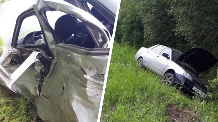 Машины улетели в кювет: на уральской трассе лоб в лоб столкнулись Hyundai и Lada