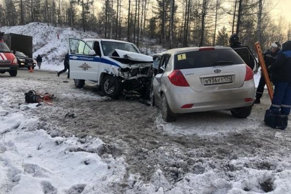 """Смертельная авария, в результате которой легковушка врезалась в машину ДПС, <a href=""""https://74.ru/text/incidents/2021/01/04/69679251/"""" target=""""_blank"""" class=""""_"""">произошла 4 января на трассе М-5 под Миассом</a>"""