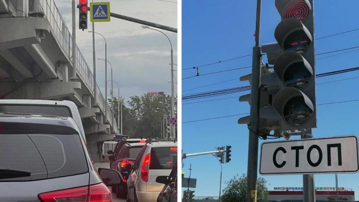 Показываем в режиме онлайн новые квадратные светофоры на улицах Екатеринбурга