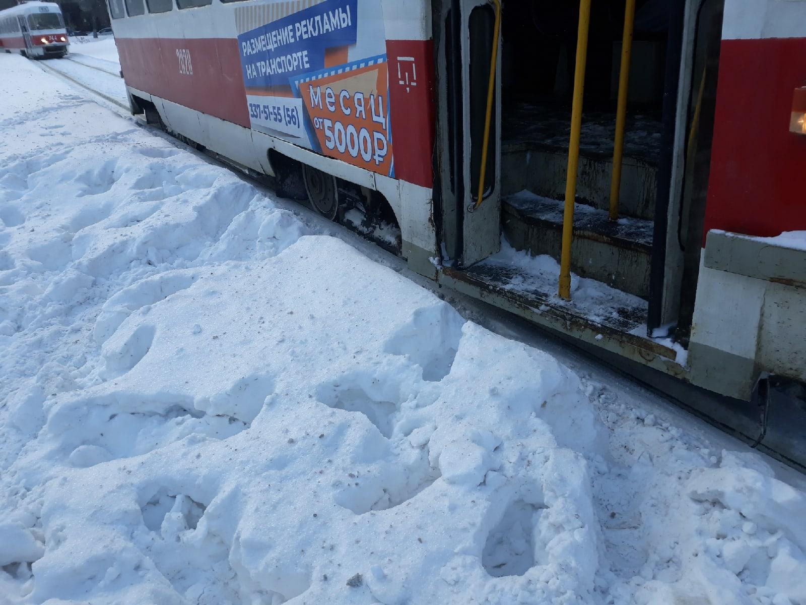 Остановка трамвая на кольце улиц Авроры и Антонова-Овсеенко: из вагона— сразу в сугроб