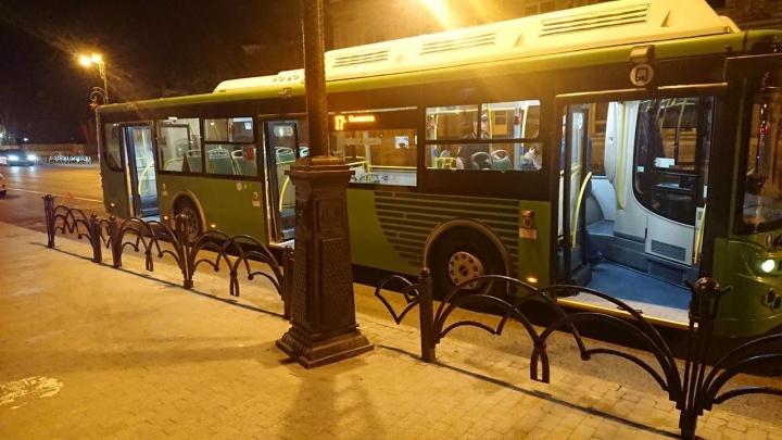 Двое детей и женщина упали в тюменском автобусе из-за экстренного торможения
