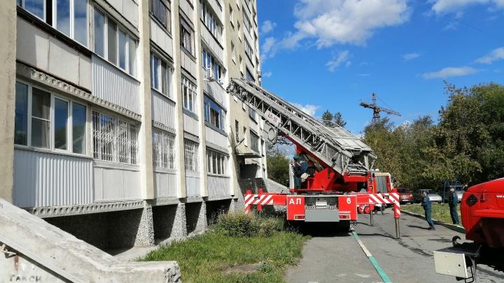 «Из окна вытащили младенца». В горящей девятиэтажке в Екатеринбурге эвакуируют жильцов