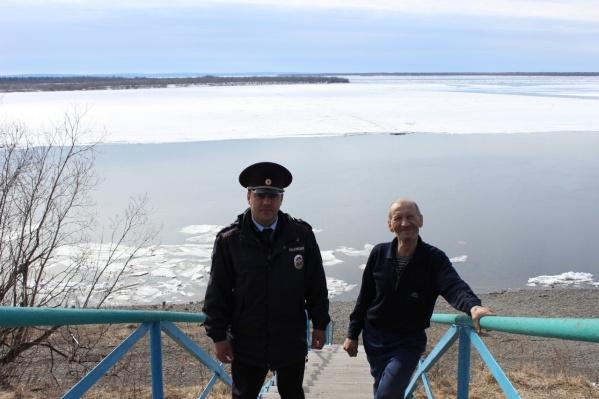 Мужчина, судя по всему, счел рыбалку приключением и охотно фотографировался с полицейским