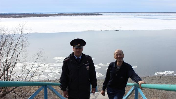 «Табун уток летит, Колька на льдине плывет»: полицейский помог рыбаку выбраться из Енисея