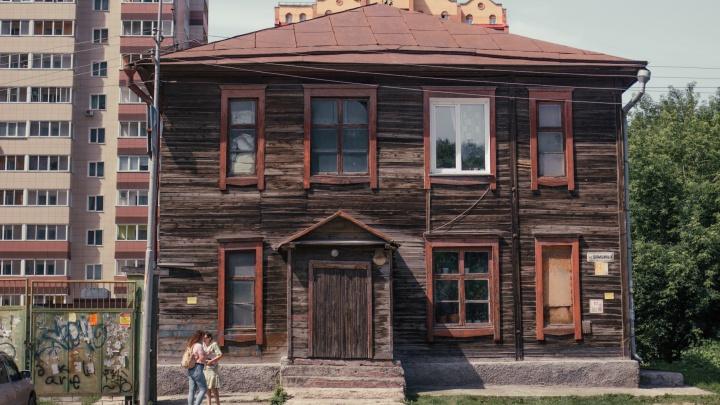 В самом центре Новосибирска нашелся дом, где люди моются в подвале и считают трещины в стенах