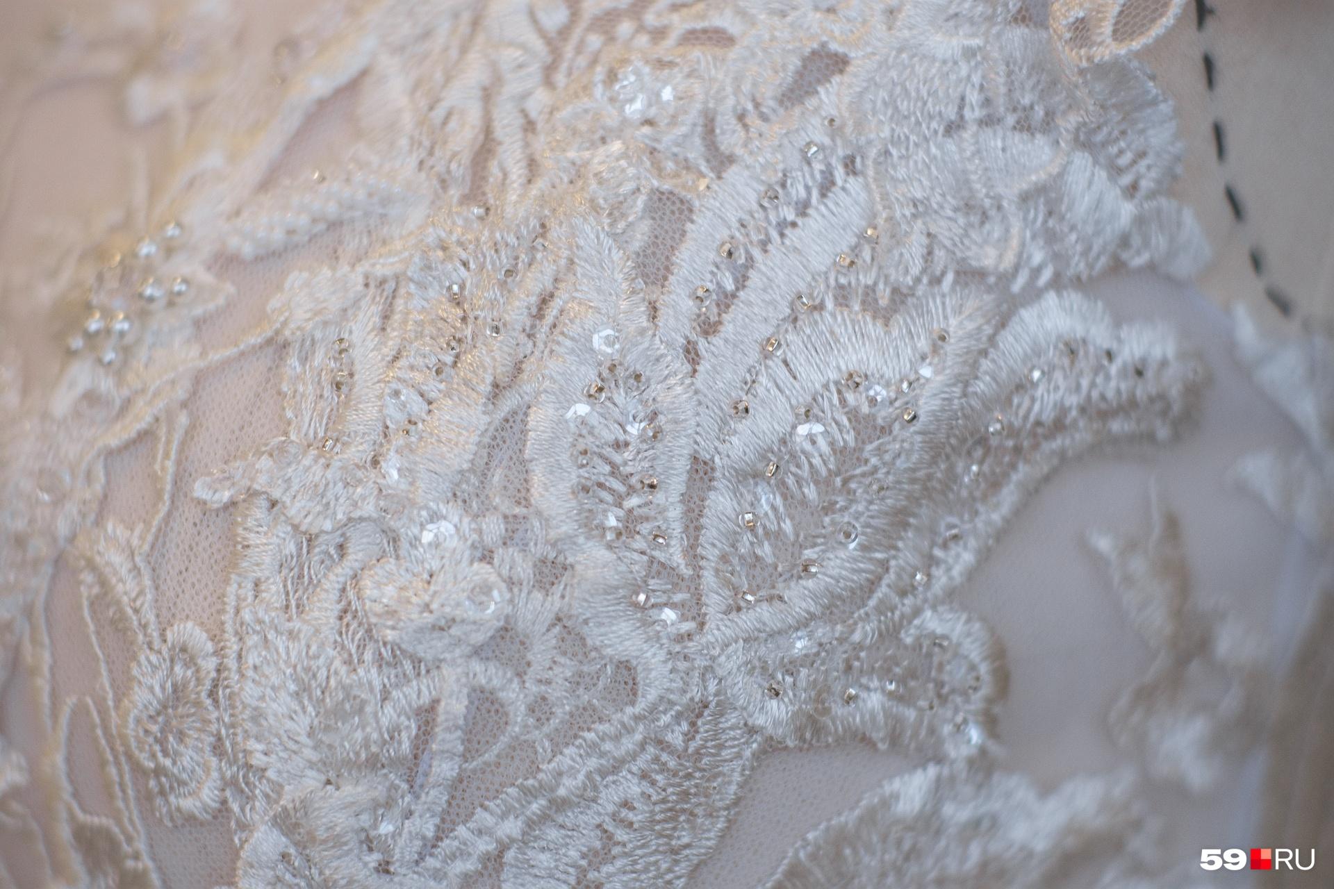 На платьях много мелких деталей, которые можно заметить только вблизи
