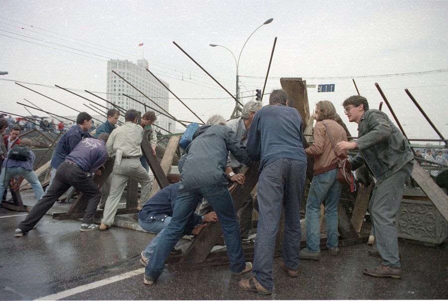 Баррикады в Москве. Это уже не митинг — это открытое противостояние