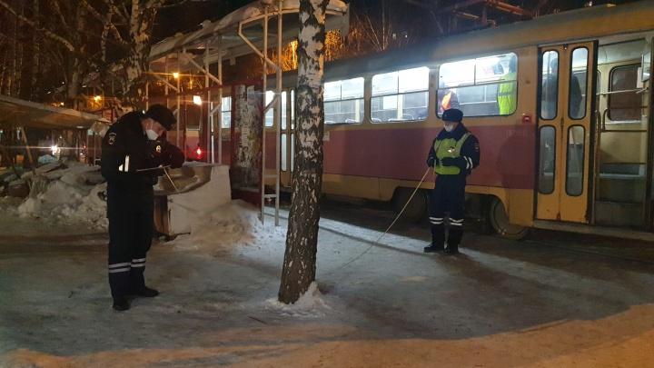 В Екатеринбурге 4-летний мальчик получил перелом из-за того, что водитель трамвая не вовремя закрыла дверь