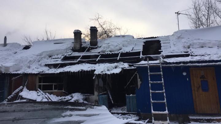 Обугленные стены и дыры в потолке: как выглядит дом, где погибли мать и трое детей — там еще живут люди