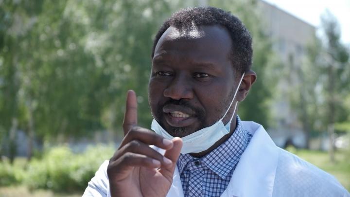 «Начинаю говорить по-русски, у людей полушоковая реакция»: когда из больницы ушли все хирурги, позвали врача из Африки