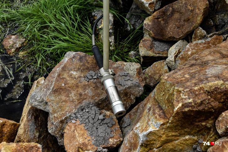 Небольшой очаг бета-излучения — высохший ил на камне. Вдыхать такую пыль не полезно: стронций и цезий накапливаются в организме