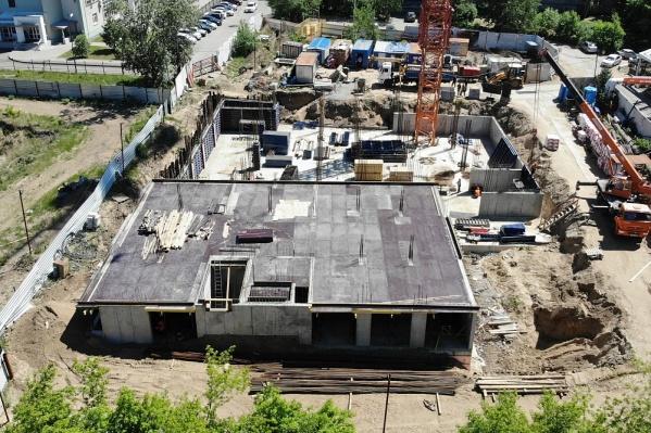 Недавно строители закончили монтировать подземный паркинг