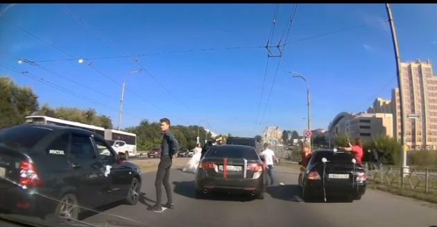 Полицейские наказали свадебный кортеж, который перекрыл в Кемерове центральный проспект