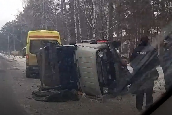 На место аварии выезжали сотрудники МЧС, скорой и полиции