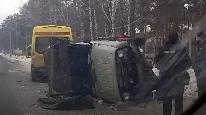 «Водитель сказал, что за рулем была жена, которая сбежала»: на Верхнем Бору перевернулся УАЗ
