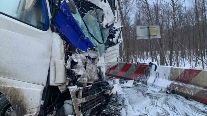 Момент смертельного ДТП с участием двух грузовиков на М-5 в Челябинской области попал на видео