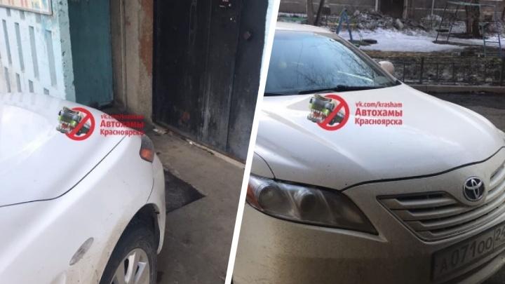 «Не смог заехать прямо в квартиру»: мэр отругал водителя администрации за наглую парковку во дворе