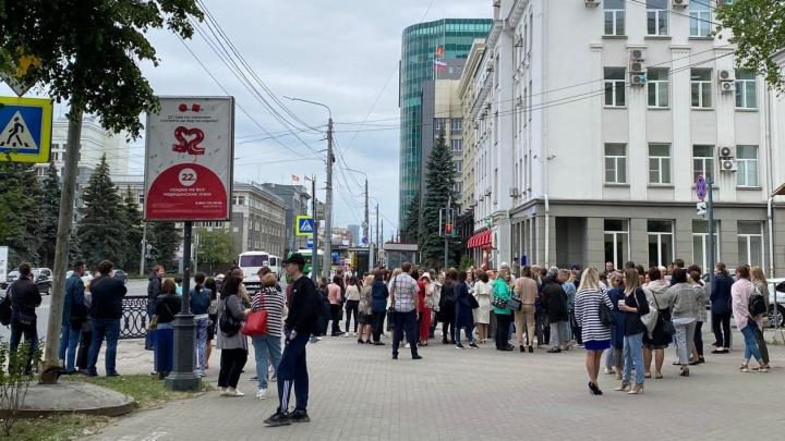 В центре Челябинска массово эвакуировали чиновников из-за сообщения о минировании