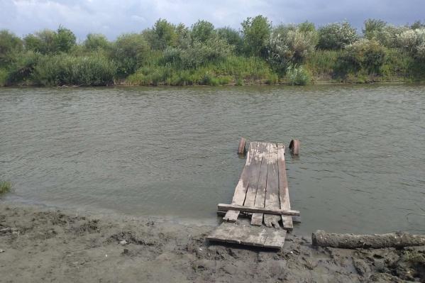 Очевидцы сообщили, что утонувший мужчина решил переплыть на противоположный берег Исети