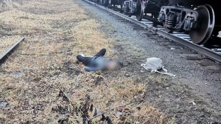 «Переходила пути в наушниках». Школьница, которую сбил грузовой поезд на Урале, умерла в больнице