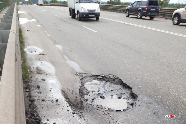 На Суринском путепроводе в Ярославле опять появились ямы