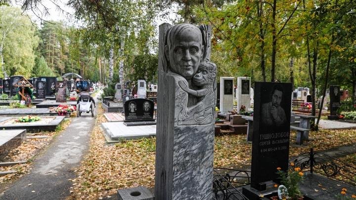 Приходи за оградку: НГС заглянул в темные уголки старинного кладбища — после обеда там слышны женские песни и бродит умрун