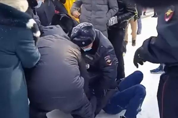 Активиста пытались скрутить пятеро полицейских
