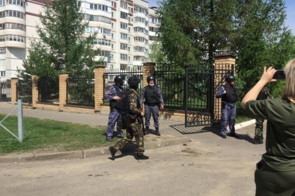 Фото с места сегодняшних событий в школе в Казани
