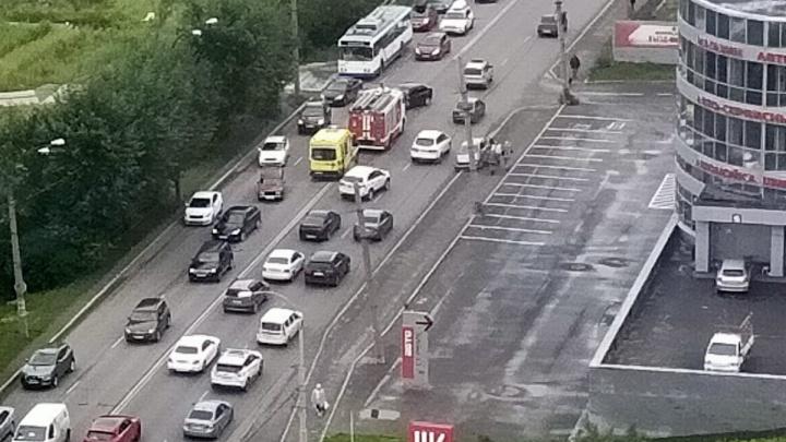 Улица Щербакова встала в пробку из-за массового ДТП