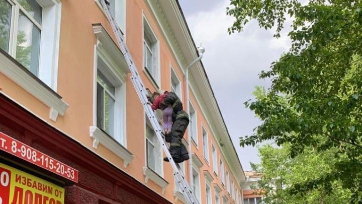 Девочку, которую сняли с окна трехэтажки, готовы взять в детсад. Ее мать утверждала, что мест нет