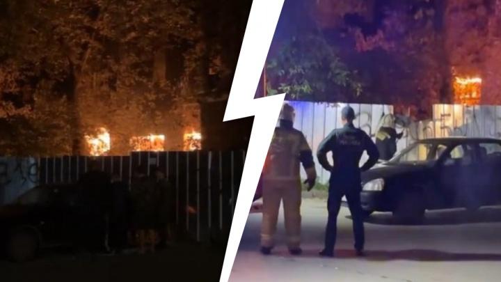 В центре города горит заброшенная больница в Зеленой Роще. Видео