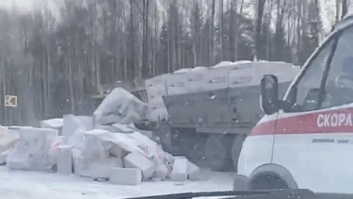 Газоблоки рассыпались по дороге. В Перми на трассе произошло ДТП с большегрузом
