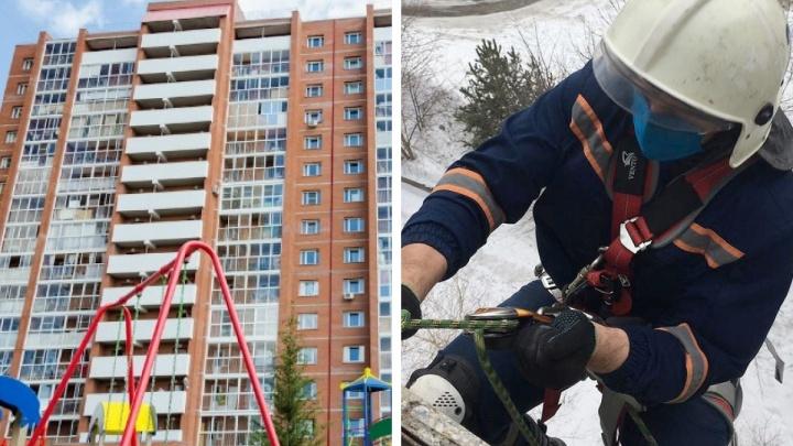В Новосибирске спасатели сняли мужчину с крыши 17-этажки