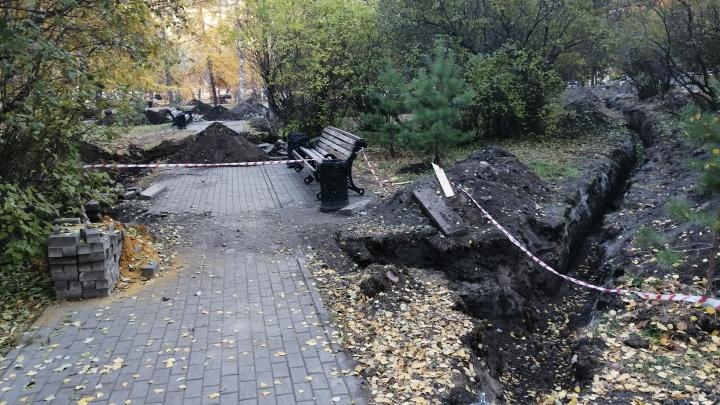 В центре Челябинска перекопали сквер и повредили корни деревьев