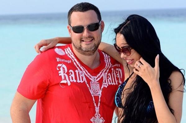 Сам Алексей Шаповалов сейчас проживает с женой в ОАЭ