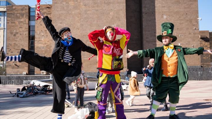 Клоуны заняли площадь у публичной библиотеки. Фоторепортаж 161.RU