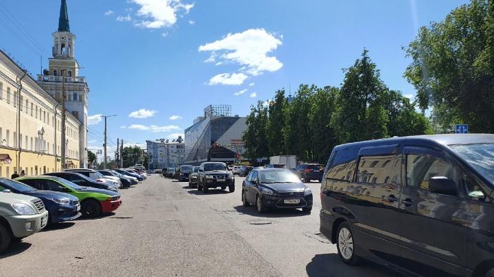 Почти невинные: почему на улице Победы в Ярославле всегда нарушают правила парковки