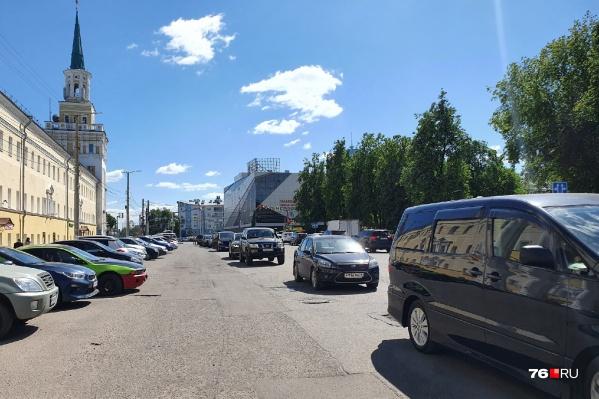 Парковка на улице Победы в Ярославле — это хаос