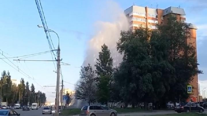 На проспекте Кирова из-под земли забил фонтан с высотку