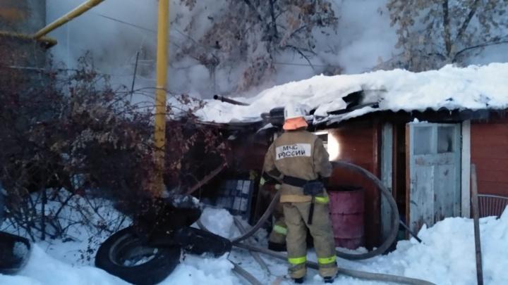 «Был риск для соседних домов»: в центре Самары сгорели деревянные сараи