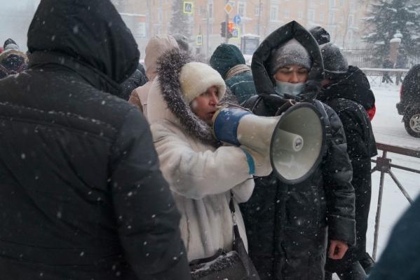 """Елизавету Бычкову и Ольгу Кузнецову задержали накануне, их увезли в отделение полиции на <nobr class=""""_"""">Логинова, 31</nobr>"""